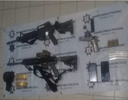 Liberan a dos personas y detienen a dos integrantes de una cèlula delictiva con arsenal en Pénjamo. 4