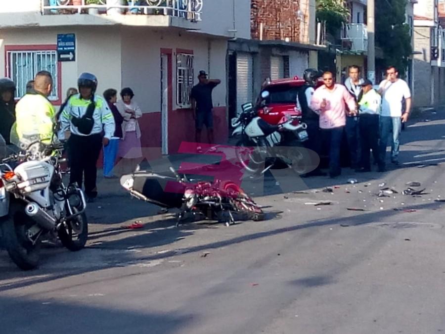 GRAVE MOTOCICLISTA AL IMPACTARSE CONTRA CAMIONETA QUE NO RESPETÓ EL PASO 1X1 2
