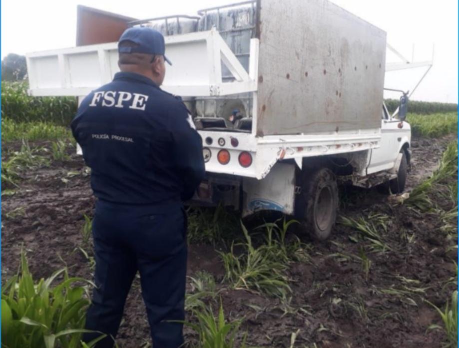 Aseguran en Salamanca una camioneta usada para el trasiego del combustible. 2
