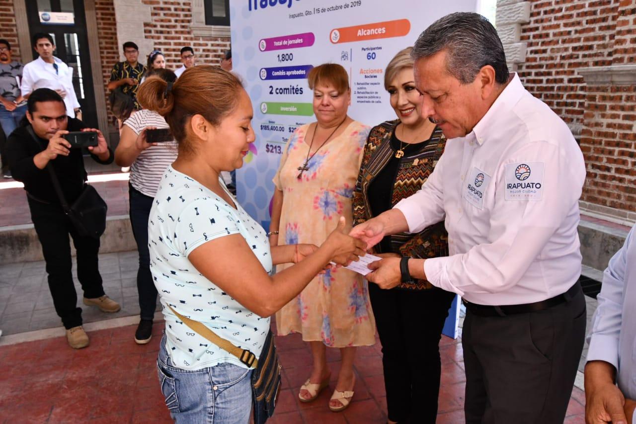 ENTREGAN CHEQUES A PARTICIPANTES DE 'TRABAJEMOS JUNTOS' 3