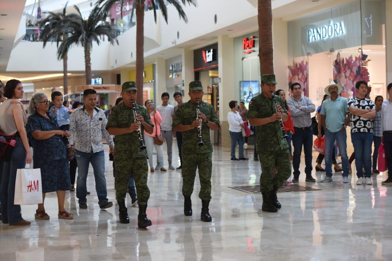 BANDA DE MÚSICA MILITAR, DELEITA A VISITANTES DE PLAZA COMERCIAL 2