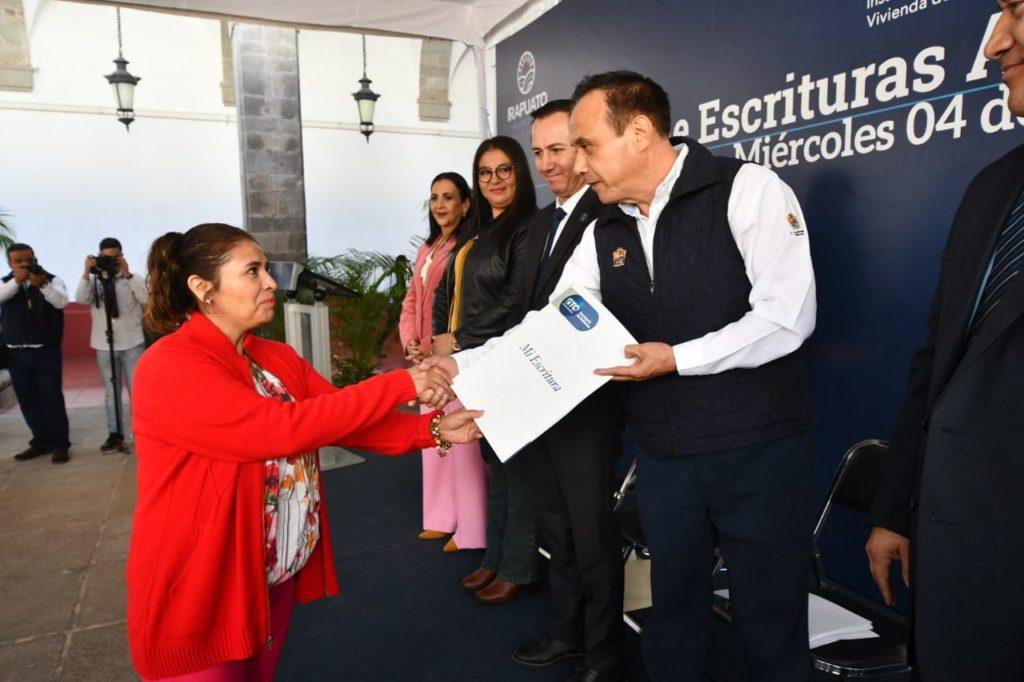 ENTREGAN ESCRITURAS A FAMILIAS 8