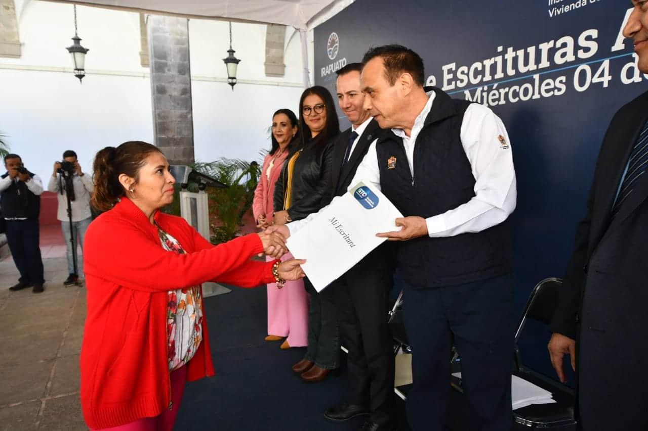 ENTREGAN ESCRITURAS A FAMILIAS 4