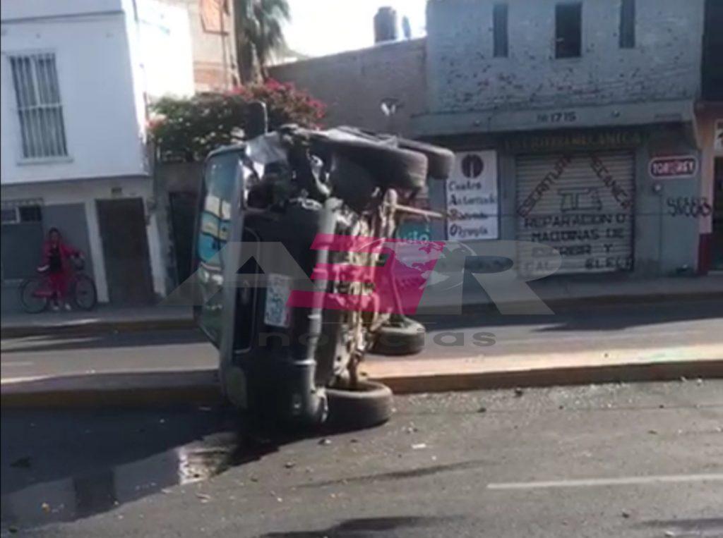 Resulta ilesa conductora al chocar contra un árbol y volcar en el bulevar Díaz Ordaz 7
