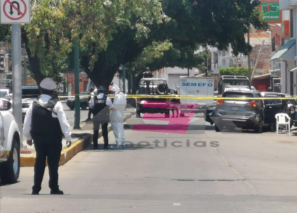 Un hombre muerto y una mujer de 82 años lesionada, en persecución y balacera en la Calzada Insurgentes. 8
