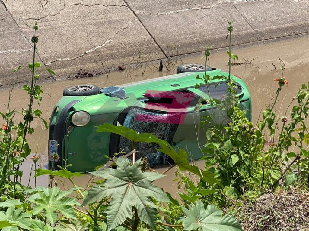 Muere automovilista al caer a canal Antonio Coria 7
