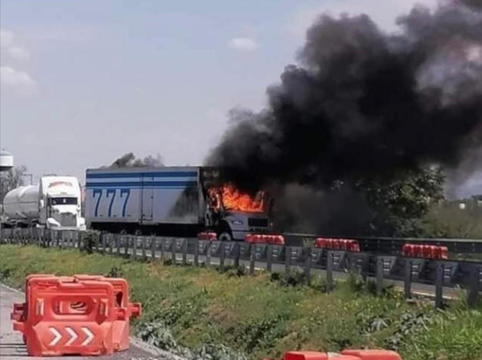 Incendian tractocamión y bloquean autopista Celaya-Salamanca 3