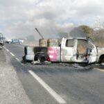 Incendian camioneta con tambos y cuerpos calcinados al interior.