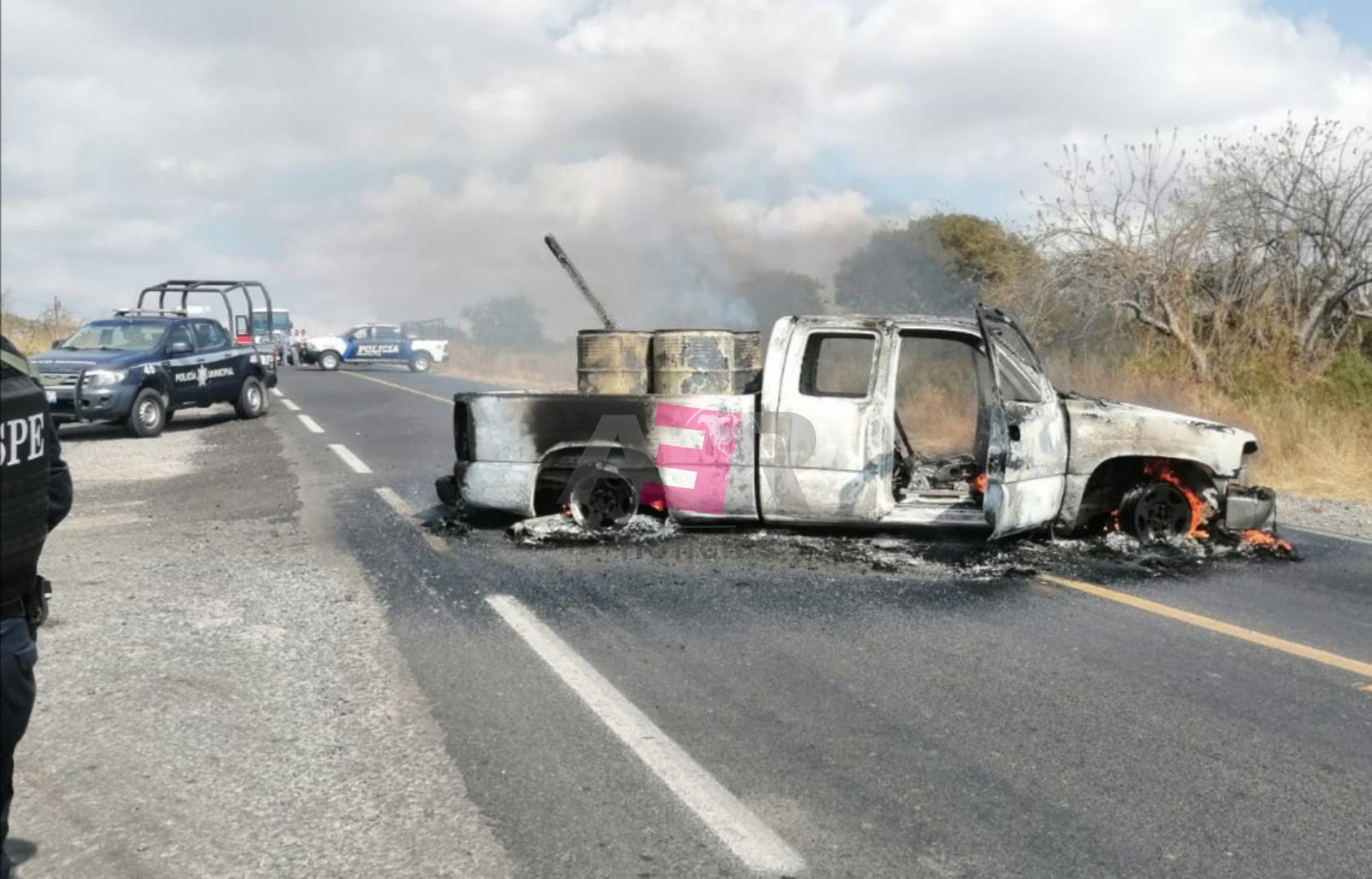 Incendian camioneta con tambos y cuerpos calcinados al interior. 1