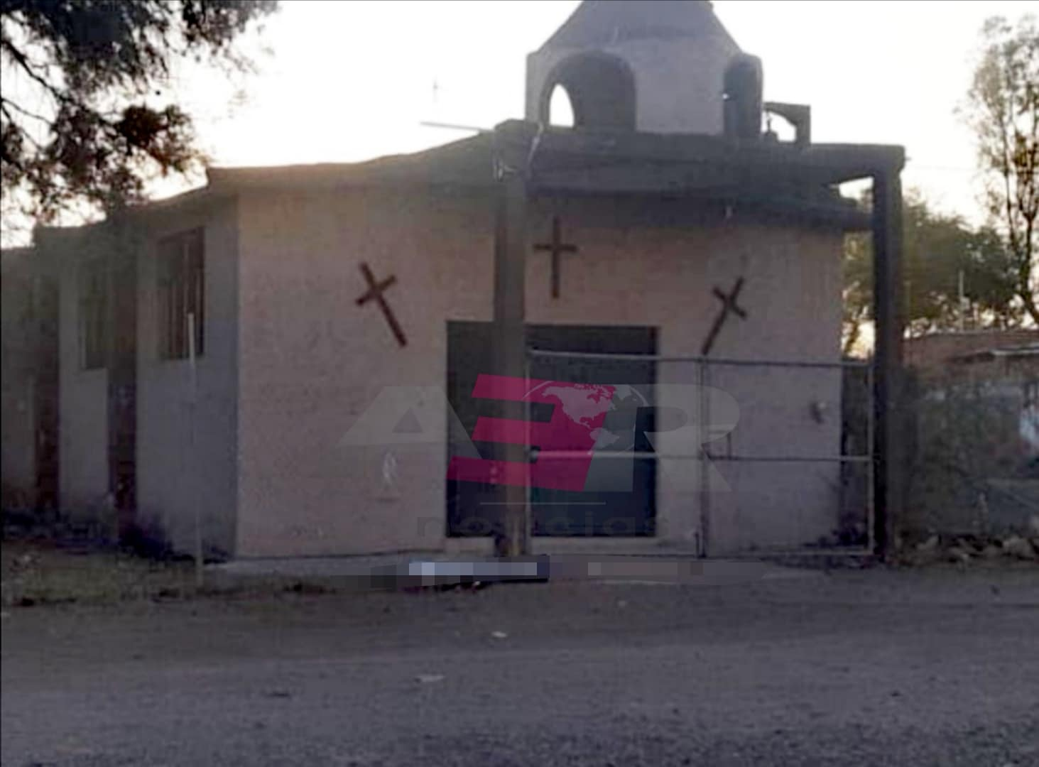 Frente a iglesia dejan cadáver envuelto en plástico 3