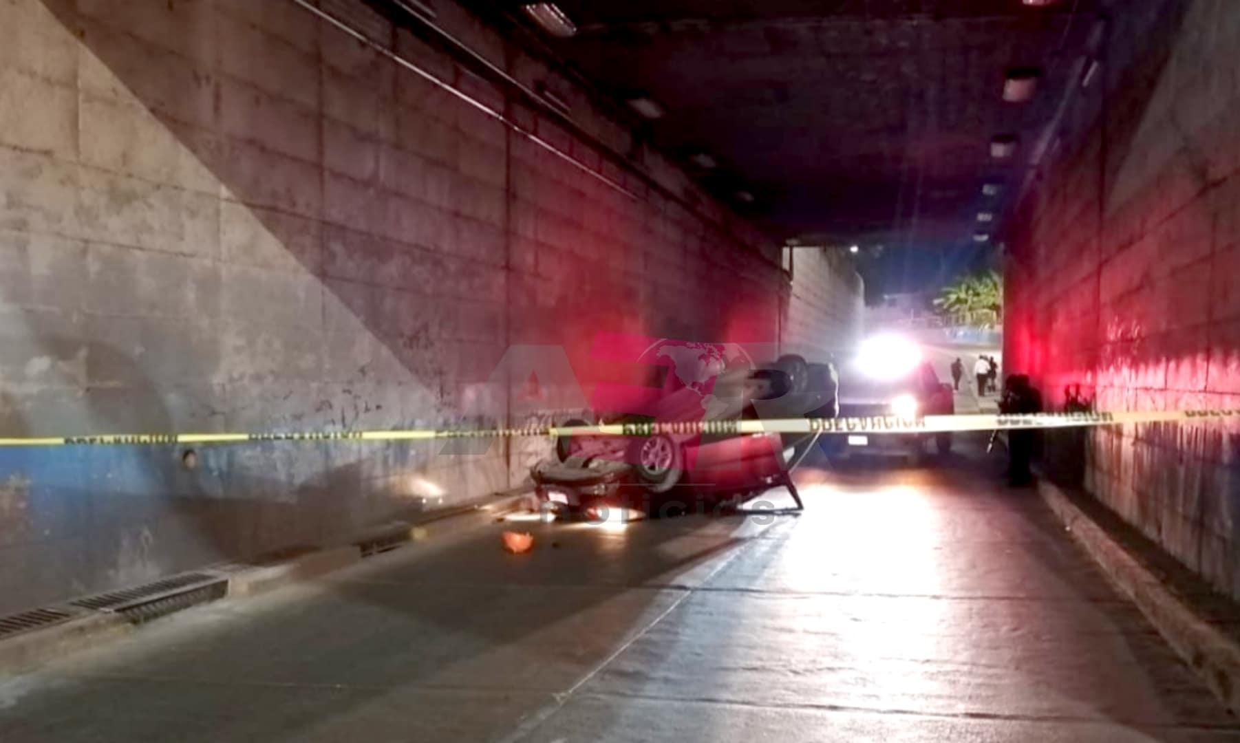 Muere joven conductor al volcar en el paso a desnivel de La Pradera 1