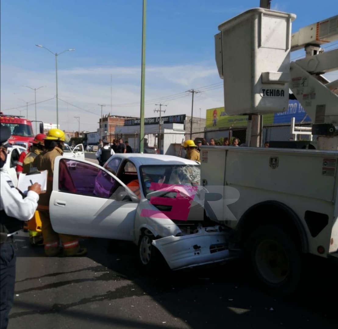 Lesionado conductor de Chevy al chocar contra camión de alumbrado público 1