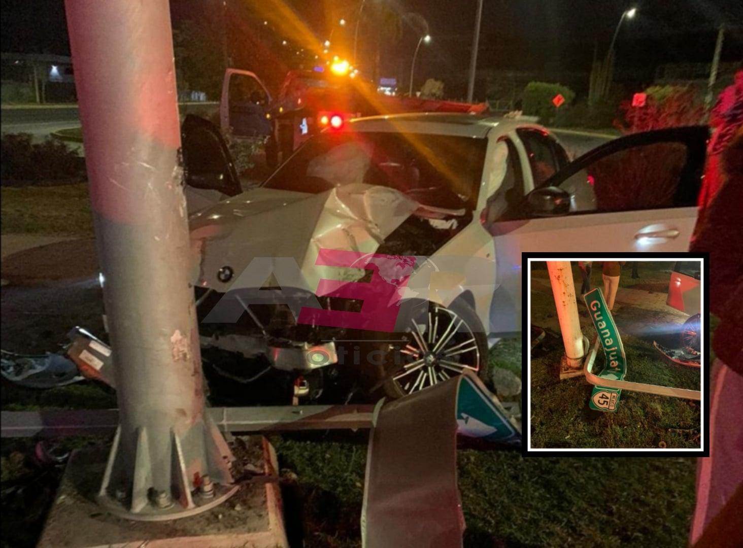 Choca conductor de BMW contra dos postes, uno con cámaras de seguridad en el Blvd. Solidaridad. 1