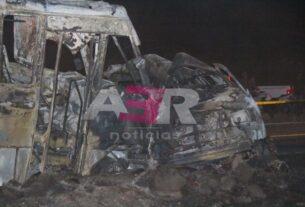 Muere calcinado conductor de camioneta al chocar contra transporte de personal 2