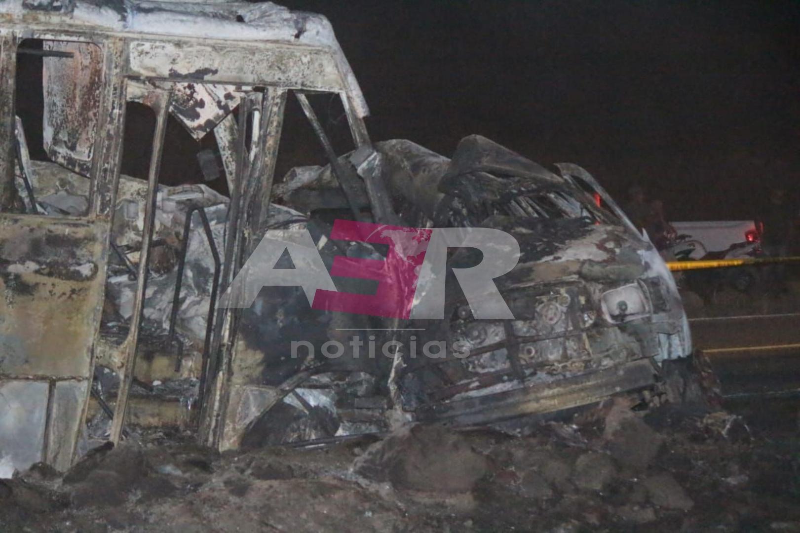 Muere calcinado conductor de camioneta al chocar contra transporte de personal 1