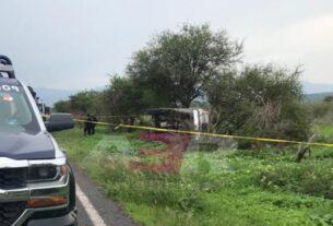 Un muerto y dos lesionados en volcadura en Pénjamo 2