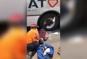 Hombre queda prensado de una pierna bajo el neumático de un camión urbano 3