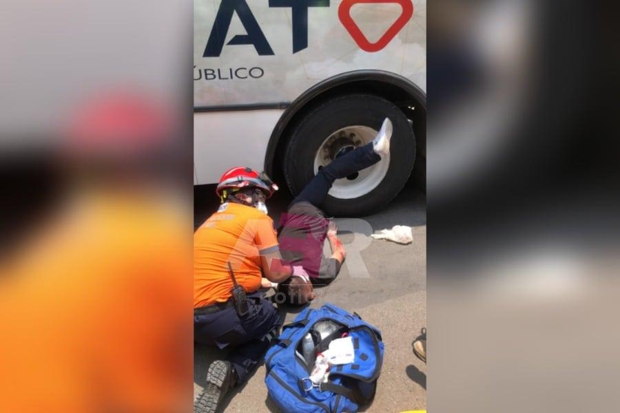 Hombre queda prensado de una pierna bajo el neumático de un camión urbano 1