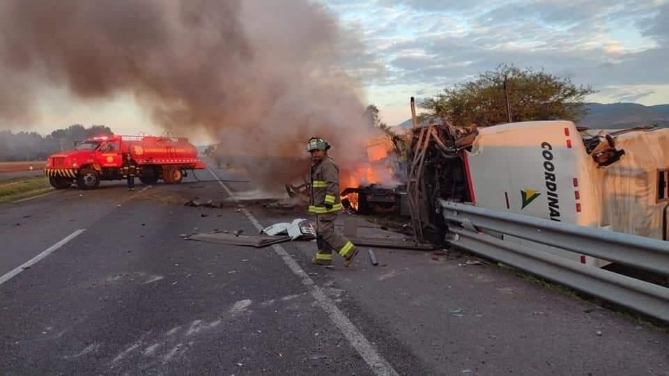 Dos muertos y ocho lesionados en choque entre tractocamión y autobús de pasajeros 1