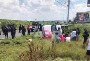 Vuelca camioneta y niño de diez años sale proyectado 3